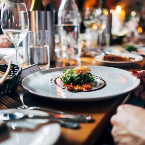 restaurant clients assiette assis a table